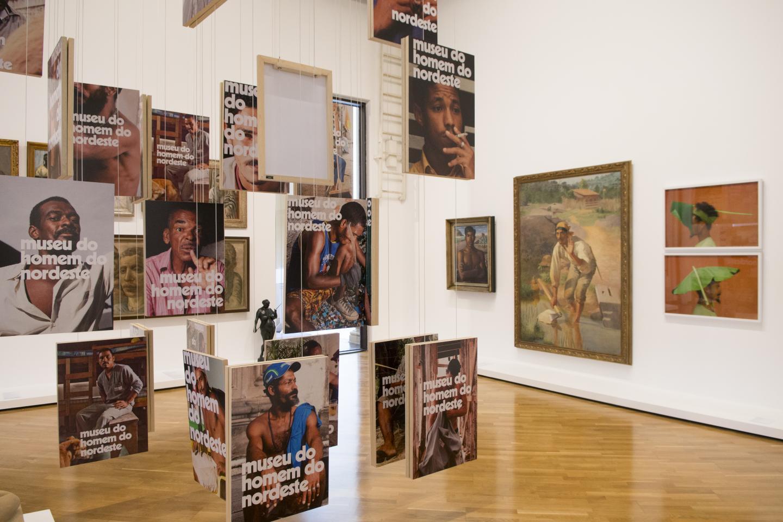 À frente, instalação de Jonathas de Andrade, no fundo obras de Candido Portinari, Almeida Junior e Paulo Nazareth