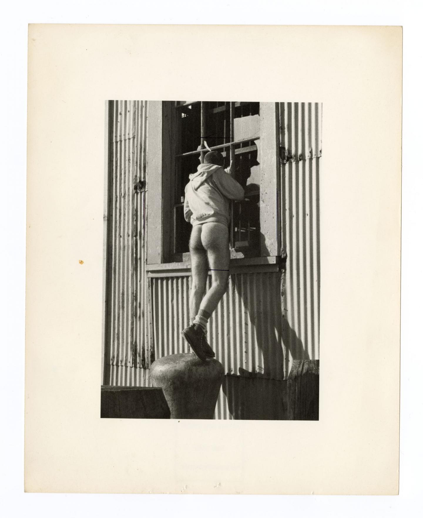 Alvin Baltrop, The Piers (man looking in window)