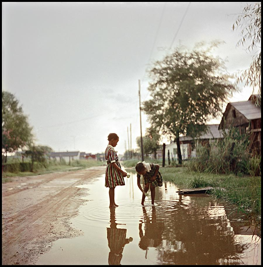 Gordon Parks, Untitled, Alabama, 1956, colour photograph. Courtesy: The Gordon Parks Foundation, New York and Alison Jacques Gallery, London © The Gordon Parks Foundation
