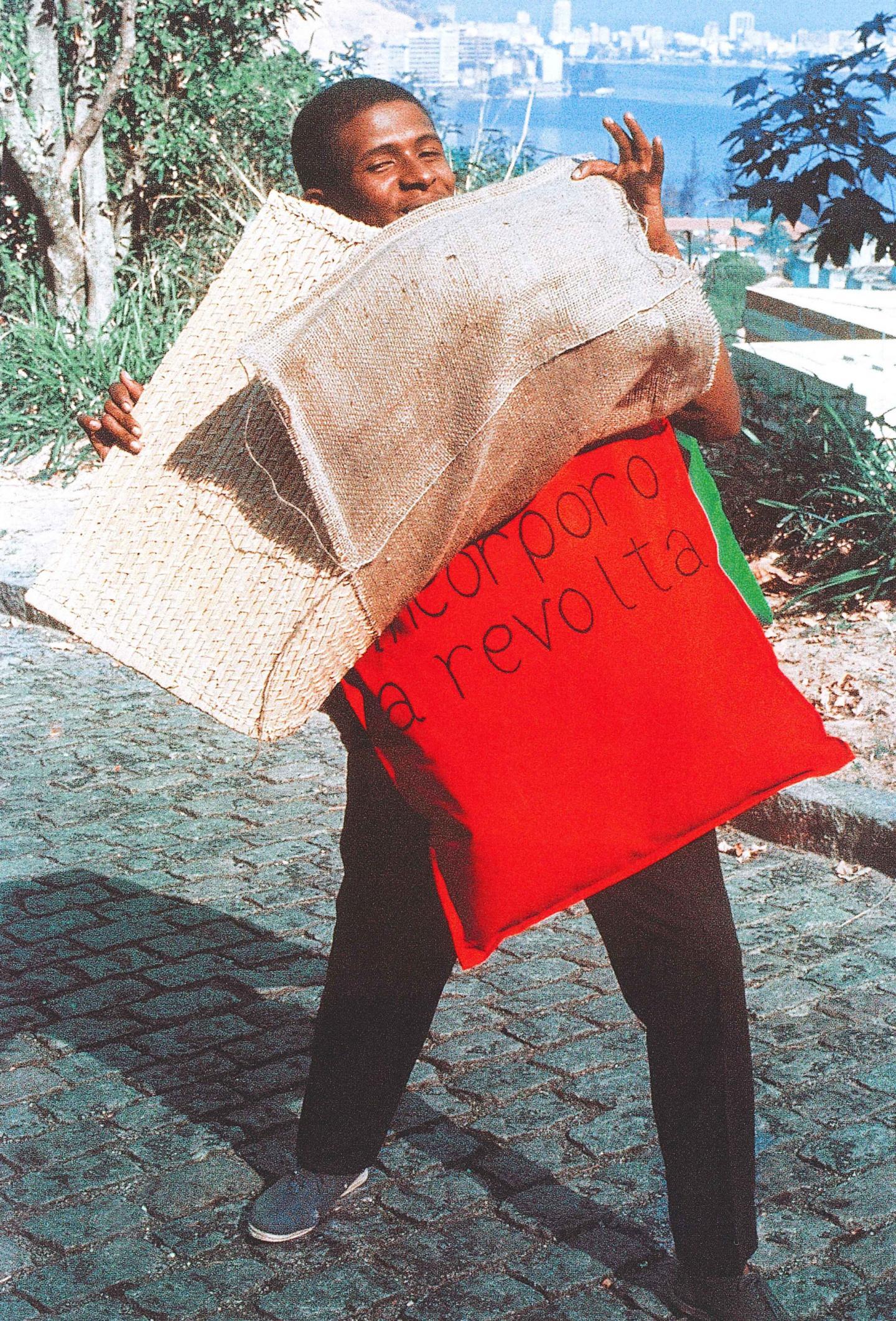 """Nildo da Mangueira vestindo P 15 Parangolé capa 11 """"Incorporo a revolta"""" (1967), circa 1968 Foto: Claudio Oiticica"""